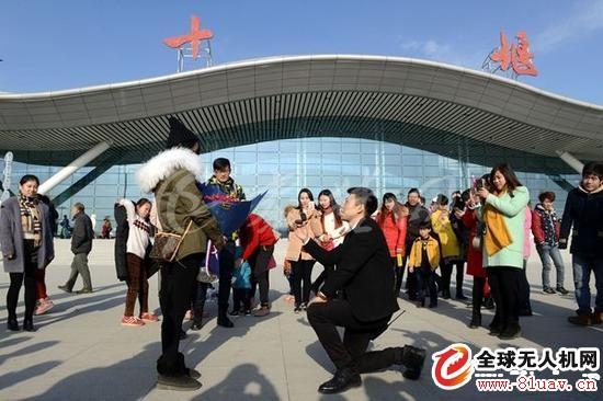 武当山机场员工机场向女友浪漫求婚 用无人机送婚戒