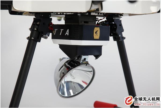 天途无人机载照明装置成功升级,实现旋转功能,可调整俯仰角度达到90°,即飞机悬停高度在100米时,可照射有效半径达到500米!   天途无人机载照明装置适用于边界巡逻、刑事追捕、监狱看守,工矿、别墅、庄园、养殖场看护、轮船海上照明,具有良好的防水、防尘、抗振动功能;具有输出超压、电压不足保护功能;具有良好的防电磁辐射干扰功能,配合天途项目机标配摄像传输模块可实现夜间实时图像传输。   技术指标 TTA 无人机载照明装置重要技术指标 外形尺寸160<em></em>x160X300(mm) 重量1.2KG 功率100W 色温4300K--6000K 飞机悬停100m有效照射半径500m 可调整俯仰角度90度 接口天途标准9针航空插头 供电12V(由飞机取电) 输出开灯线路保护1秒钟内自动保护 输出短路保护3秒钟内自动保护