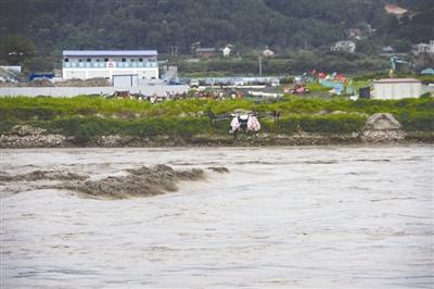 无人机运送物资救援涪江涨水143人被困人员