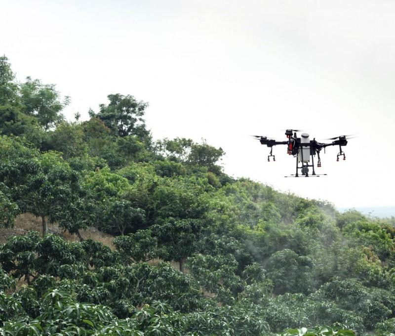 大疆T16植保無人機山地飛行圖
