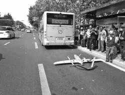 无人机从天而降撞上公交车 车顶被撞出四五个坑