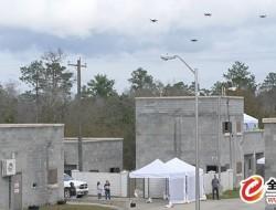 DARPA演示攻擊性蜂群戰術的無人機群城市突襲