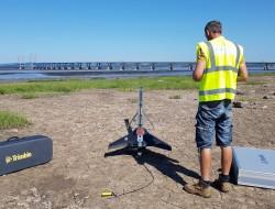 工程师使用无人机测量海岸侵蚀