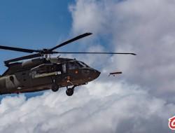 美国陆军黑鹰直升机发射间谍无人机