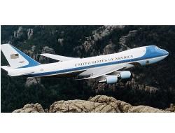"""特朗普乘坐""""空军一号""""险被无人机撞到"""