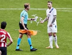无人机在西班牙足球比赛中跌入球场