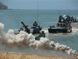 蜂群无人机空地协同!解放军渡海夺岛新姿态,重型合成旅抢滩突击